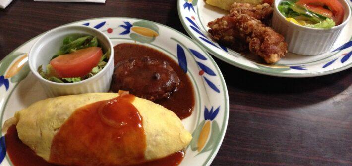 omurice servie avec salade et poulet frit